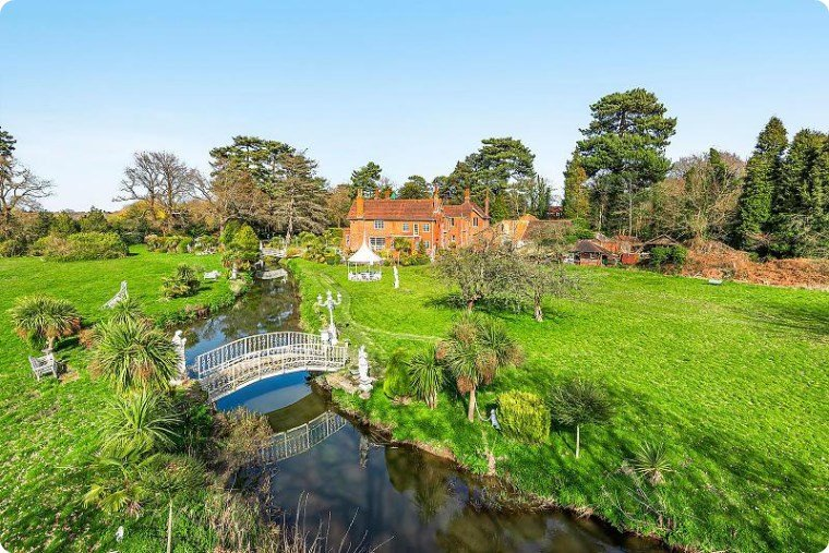 Houses for sale in Woking, Curchods 3